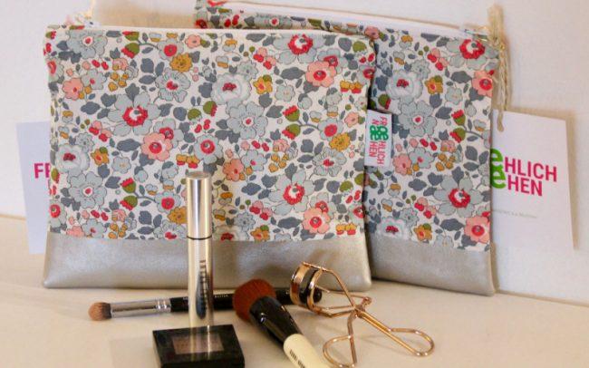 Wickel- oder Kosmetiktasche mit Blumen und Kunstleder in Silbergrau