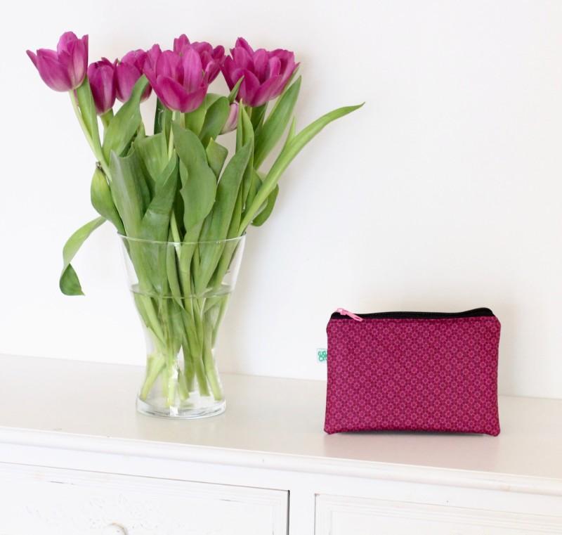 kleine Kosmetiktasche lila Stoff mattschwarzes Kunstleder hinten