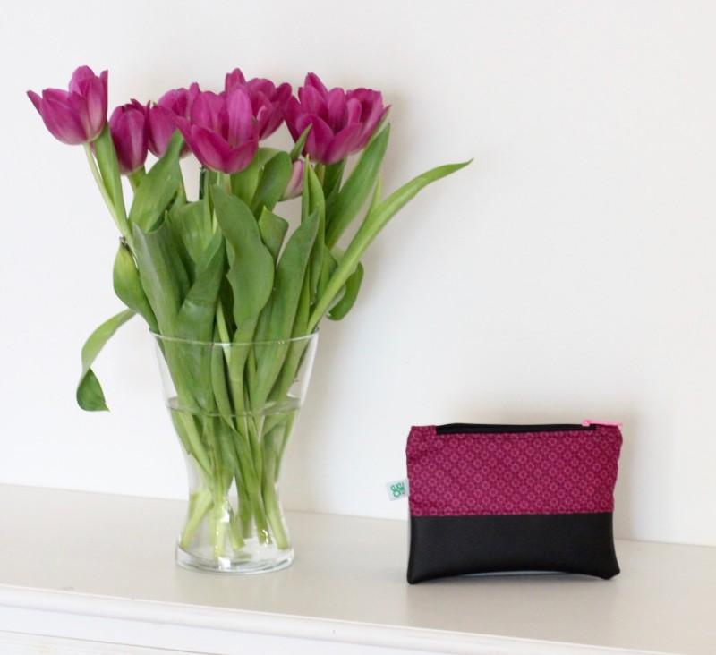 kleine Kosmetiktasche halb und halb lila Stoff mattschwarzes Kunstleder